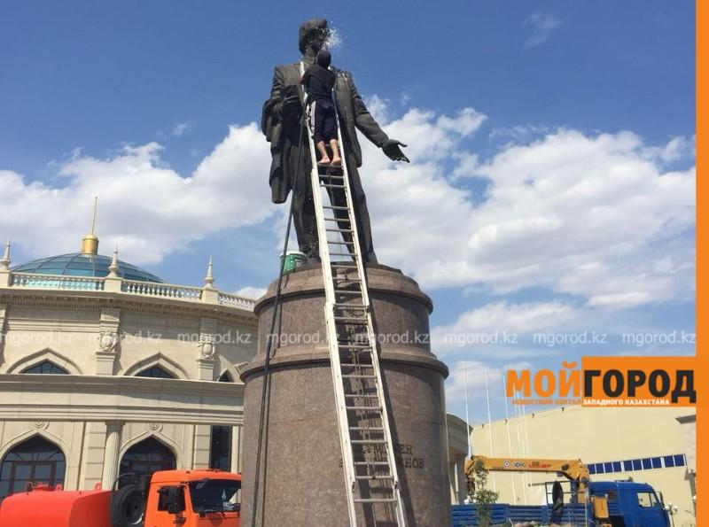 Новости Атырау - В Атырау городские памятники будут мыть чаще
