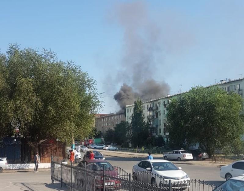 Новости Атырау - В Атырау пожарные эвакуируют людей из горящего дома