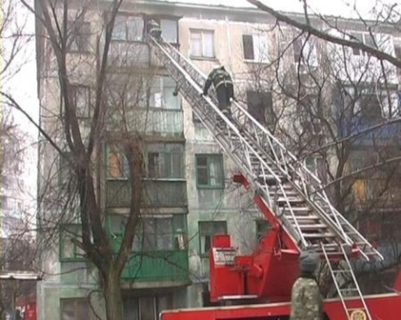 В Атырау трое пожарных спасли мужчину с балкона горящей квартиры