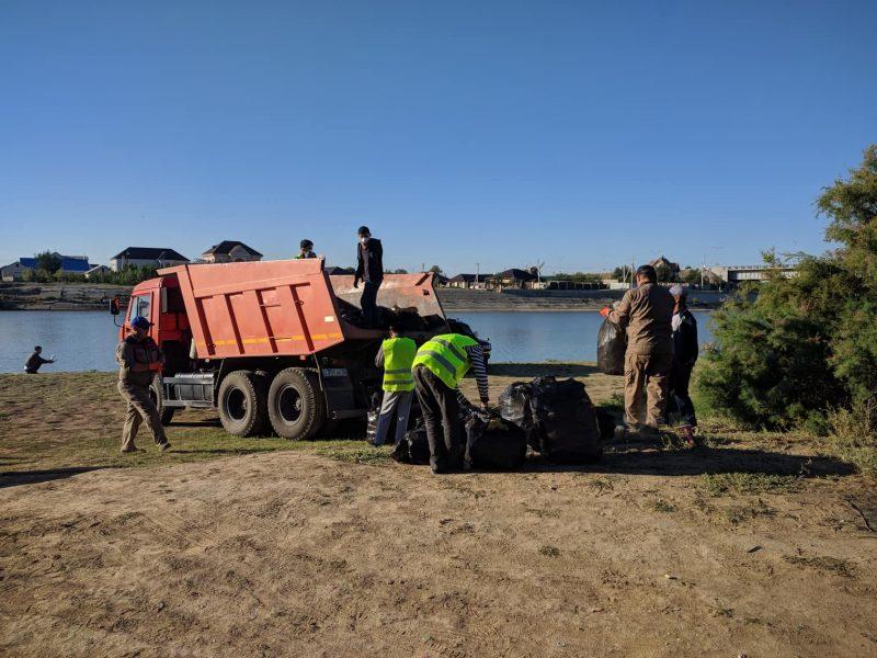 15 тонн мусора вывезли волонтеры с набережной реки Урал в Атырау