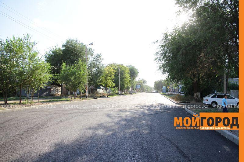 Новости Атырау - Дороги из-за жары поливают в Атырау