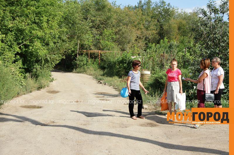 Жители поселка Деркул просят отремонтировать им дорогу
