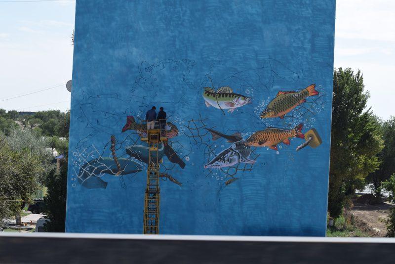 Новости Атырау - Преподаватель ИЗО разрисовал многоэтажный дом в Атырау