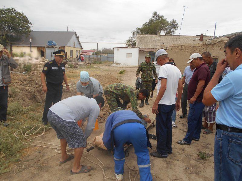 В Атырау незрячий инвалид упал в трехметровую яму