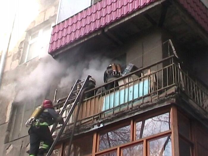 Новости Атырау - В Атырау трое пожарных спасли мужчину с балкона горящей квартиры