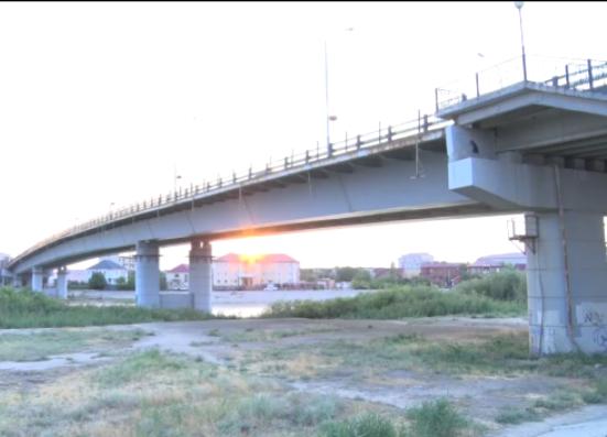 Новости Атырау - В Атырау спасли девушку, пытавшуюся спрыгнуть с моста в реку