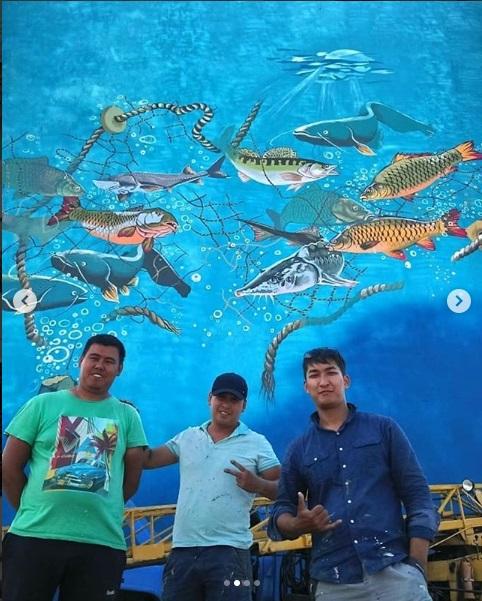 Преподаватель ИЗО разрисовал многоэтажный дом в Атырау