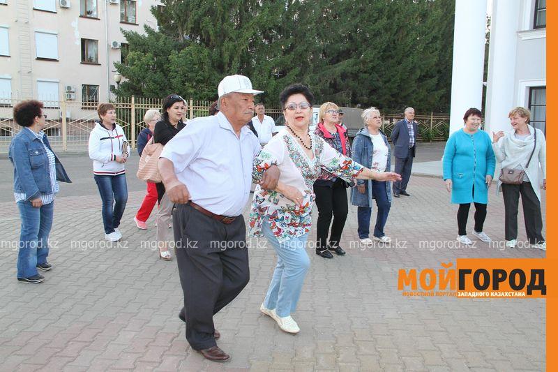 В Уральске каждую пятницу проводятся танцы для пожилых людей