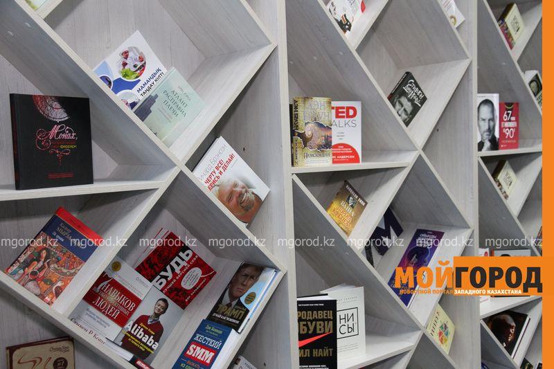 В Уральске открыли уголок книг-бестселлеров