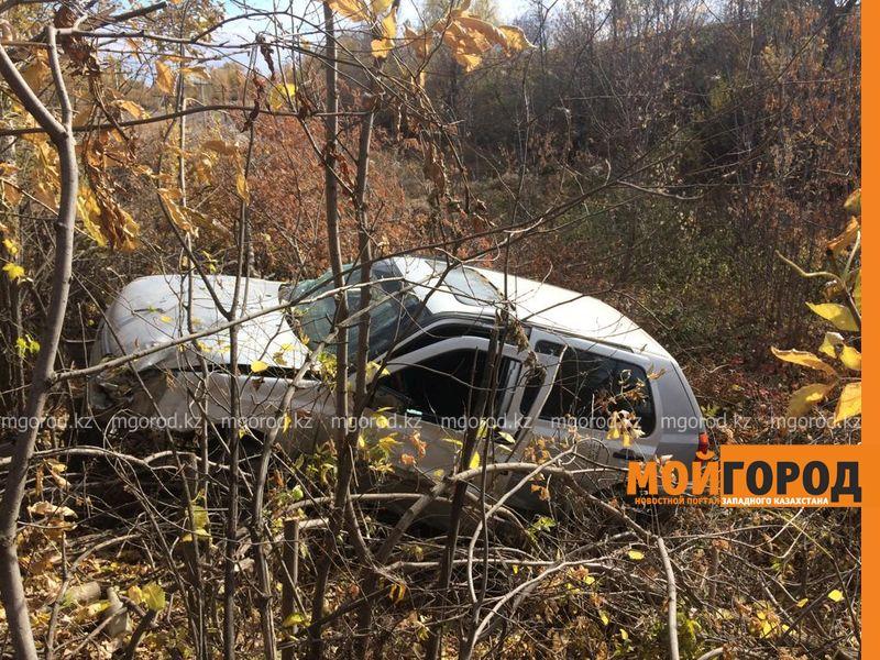 Новости Уральск - В Уральске легковой автомобиль слетел с дороги