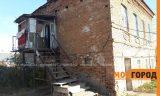 В Уральске люди живут в разваливающемся доме