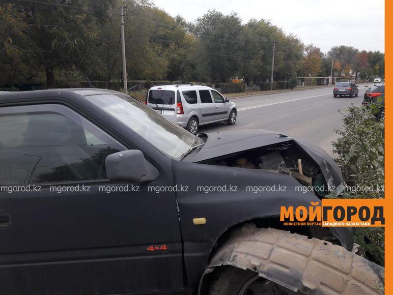 Новости Уральск - В Уральске джип снес опору освещения