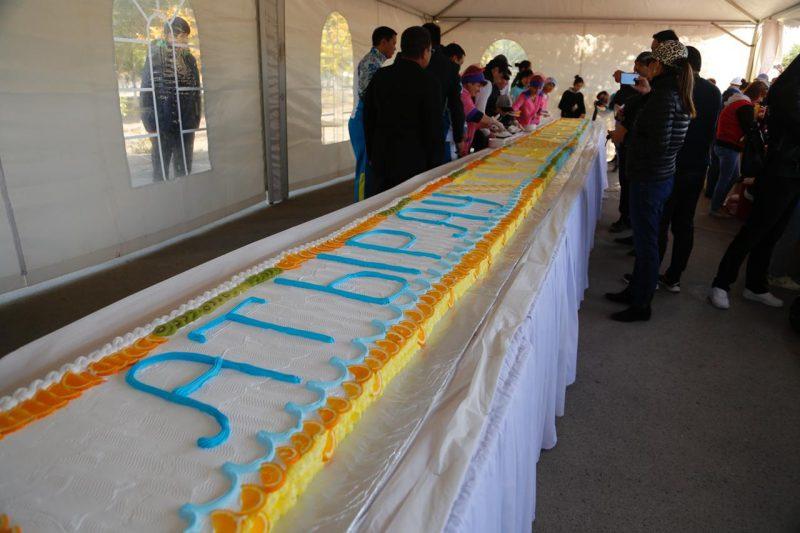 Новости Атырау - 10 метровый торт испекли в Атырау ко Дню города