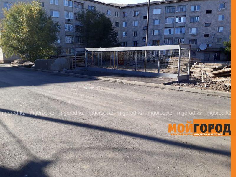 Новости Уральск - Уральцы жалуются на разрушающийся асфальт и отсутствие детской площадки после благоустройства двора
