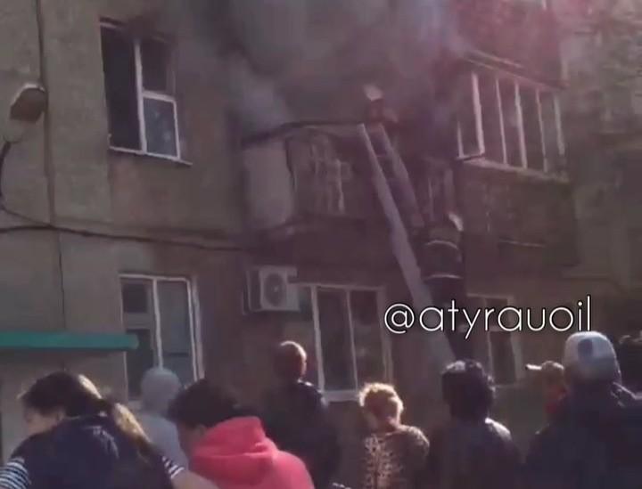 Новости Атырау - В многоэтажке Атырау произошло возгорание квартиры (видео)