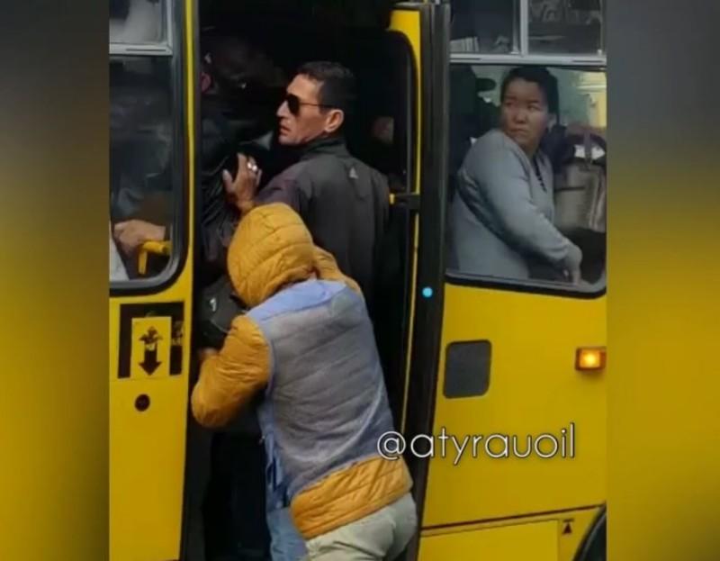 Новости Атырау - В Атырау накажут кондуктора и водителя автобуса, допустивших перегруз