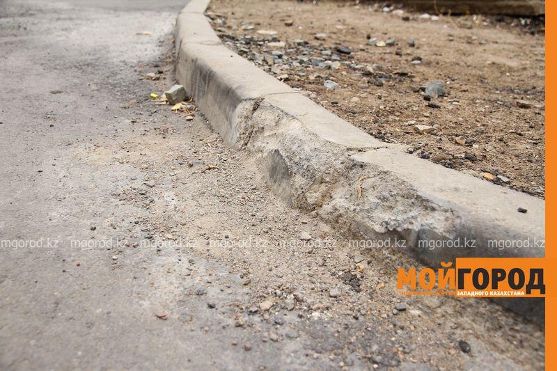 Уральцы жалуются на разрушающийся асфальт и отсутствие детской площадки после благоустройства двора