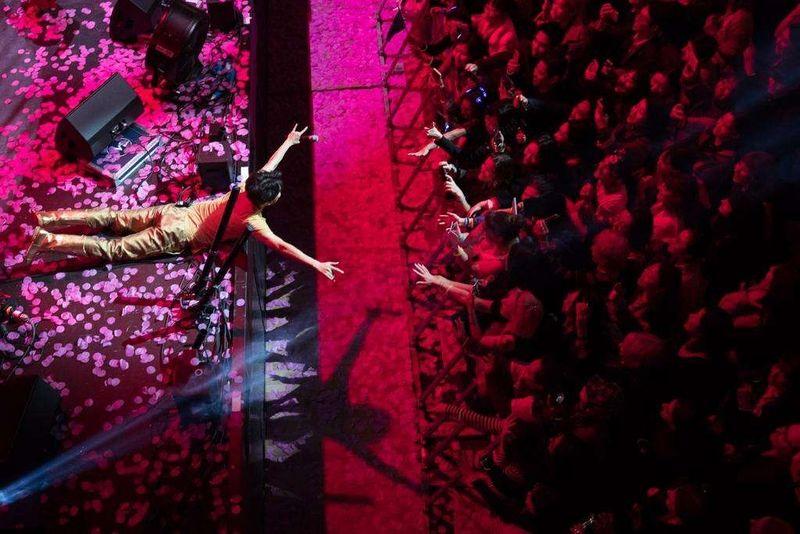 Новости - На концерте в Лондоне Димаш Кудайберген посвятил песню фигуристу Денису Тену