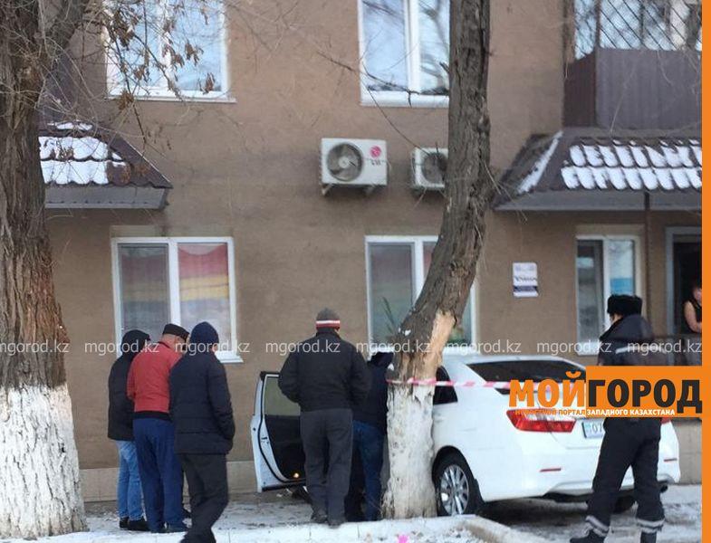 """""""Тойота"""" въехала в многоэтажный дом в центре Уральска"""