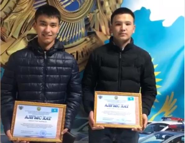 В Атырау двое парней спасли тонущего подростка