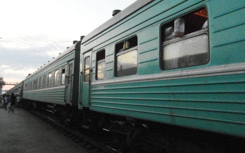 """Сломавшийся на рельсах """"КамАЗ"""" задержал движение двух поездов в Атырауской области"""