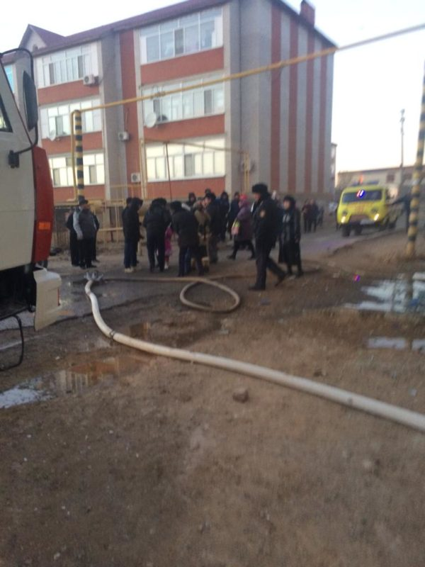 7 детей вывели из горящего дома пожарные в Атырауской области