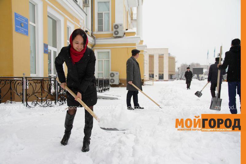 Новости Уральск - Чиновники ЗКО запустили челлендж по уборке снега (видео)