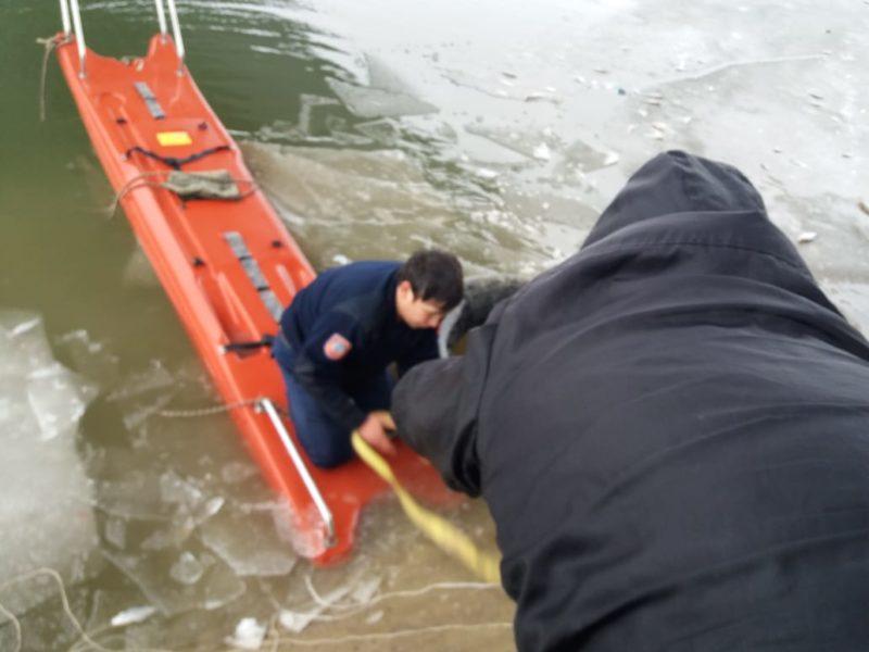 В Атырау спасли мужчину, провалившегося под лед