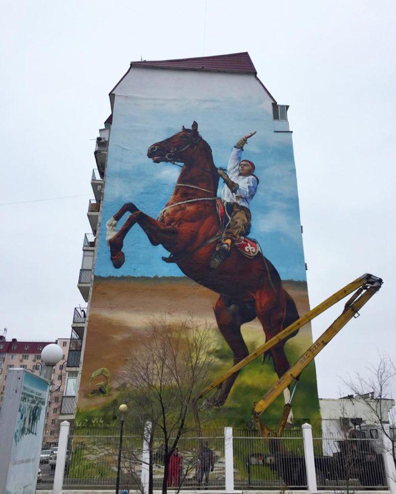 В Атырау разукрасили очередной многоэтажный дом