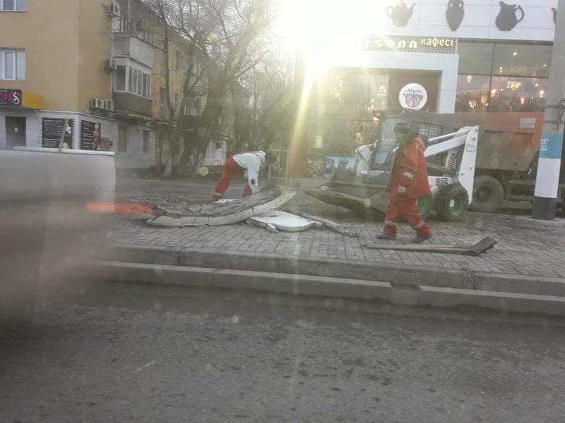 В Атырау разрушают старые цветочные клумбы стоимостью 90 миллионов тенге