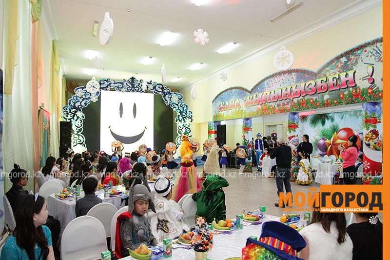 80 детей из малообеспеченных семей приняли участие в новогоднем утреннике акима Уральска