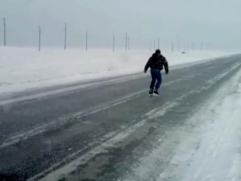 Новости Уральск - Водитель прокатился на коньках на автодороге в ЗКО