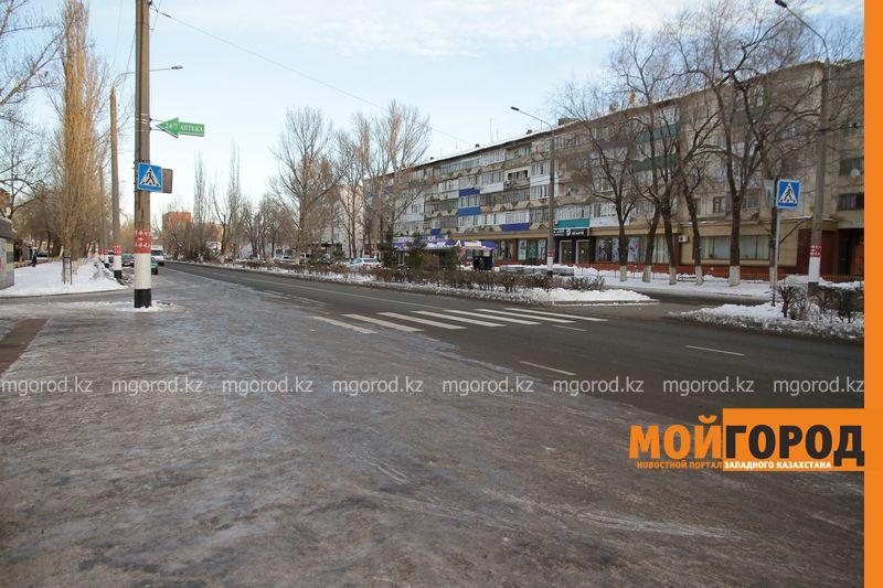 Новости Уральск - Уральцы жалуются на наледь на остановках и тротуарах (фото)