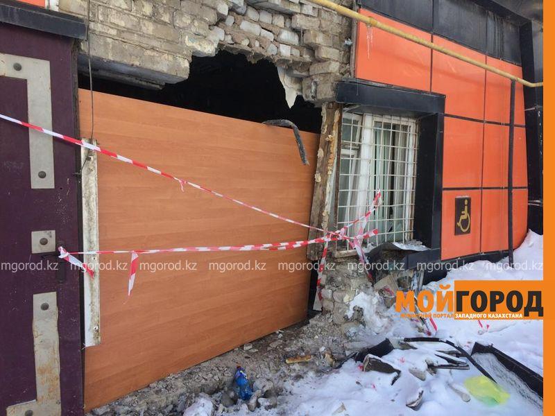 В Уральске микроавтобус снес стену магазина