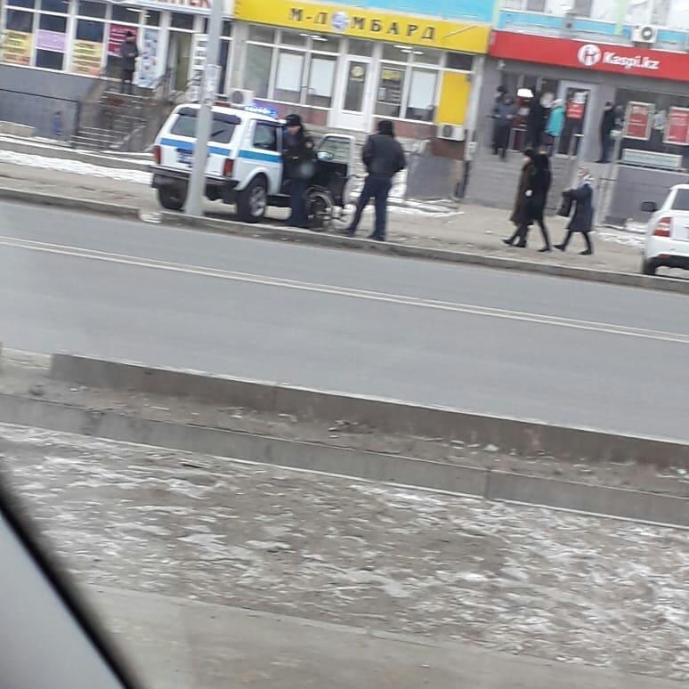 Новости Атырау - На попрошайку-колясочника, справившего нужду на улице, составили протокол