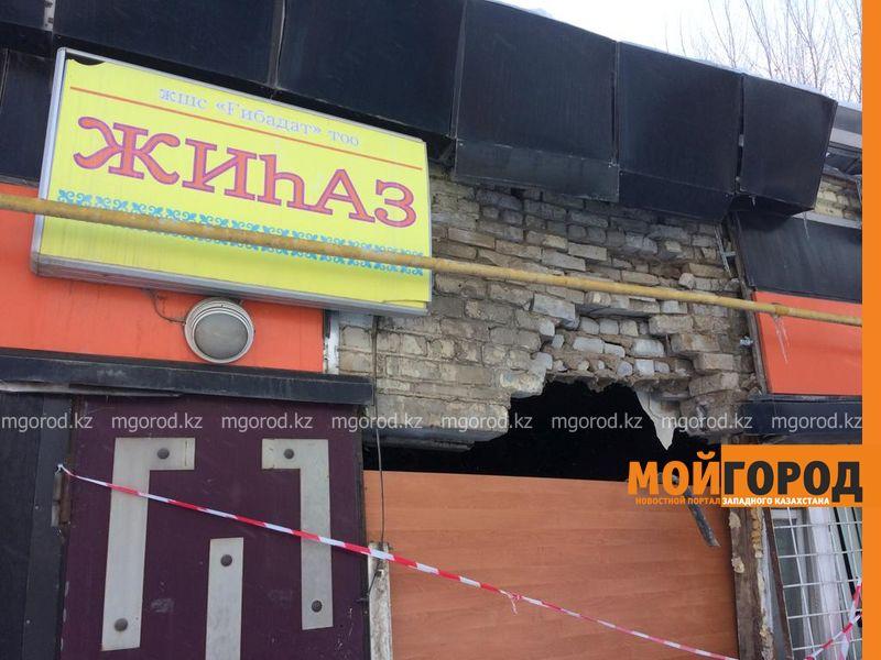 Новости Уральск - В Уральске микроавтобус снес стену магазина