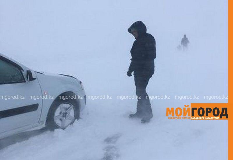 Сильная метель замела автотрассы в четырех областях Казахстана