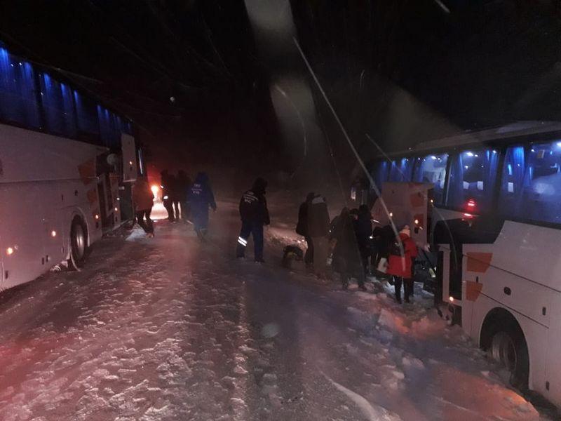 Новости Уральск - 30 человек спасли из снежного заноса на трассе
