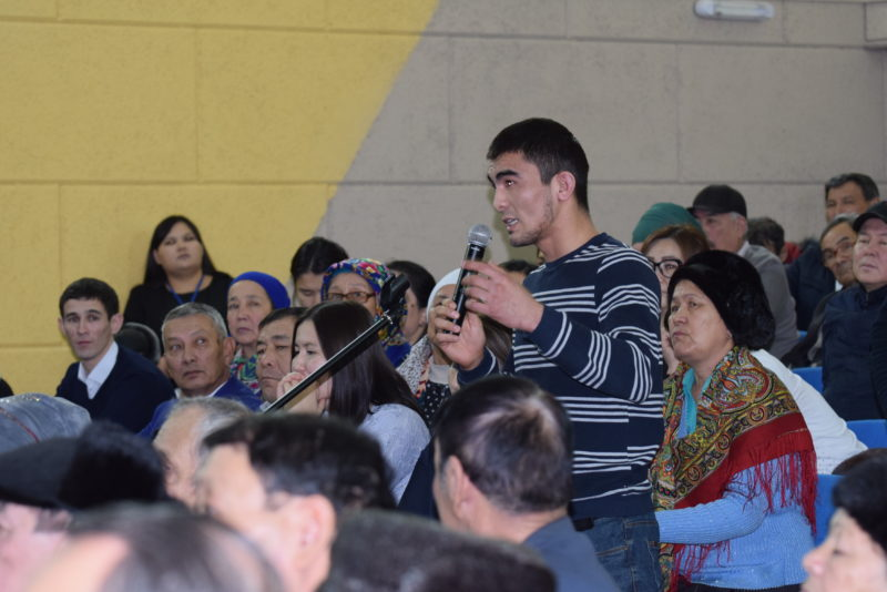 Молодежь попросила акима Атырау построить спортзалы