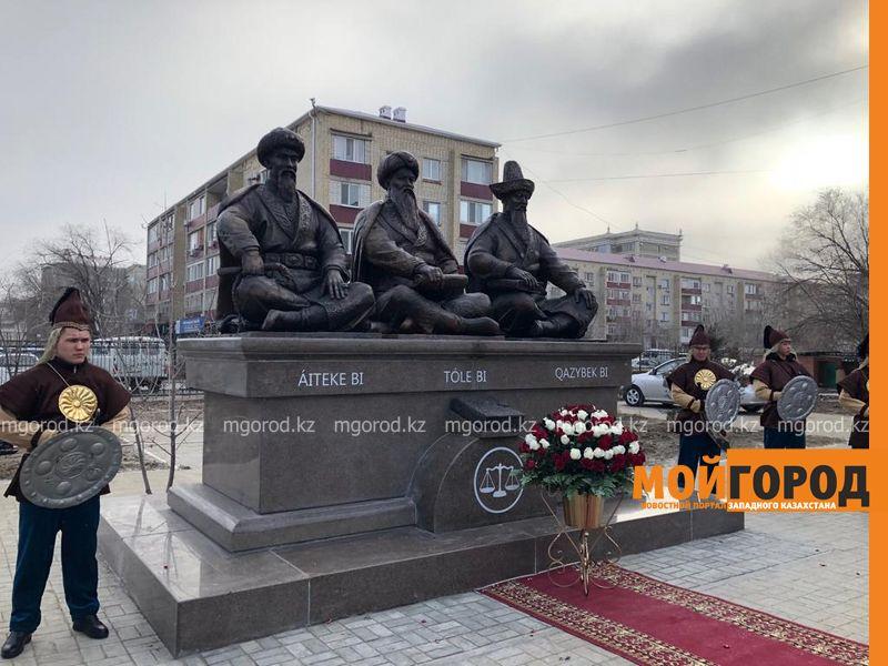 Новости Атырау - В Атырау открыли памятник трем биям