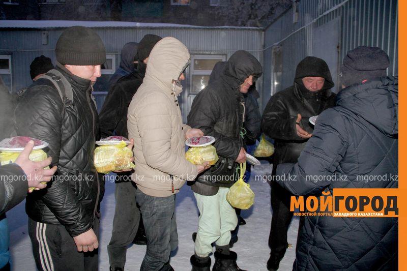Новости Уральск - В Уральске бездомных угостили саркытом