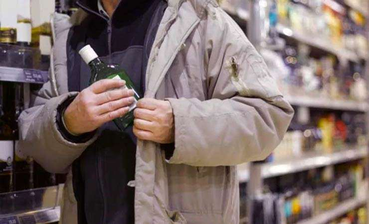 К 3 годам тюрьмы приговорили грабителя, укравшего бутылку водки из магазина
