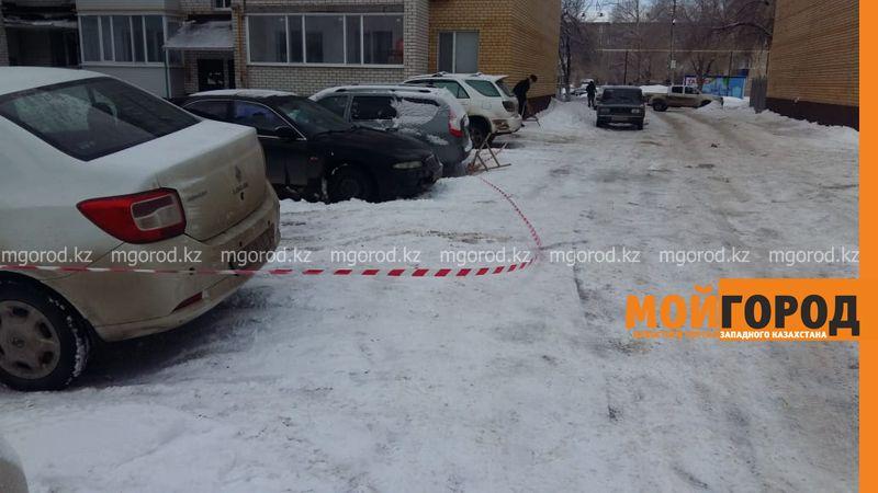 В Уральске упавшая с крыши многоэтажки глыба льда разбила машины (видео)