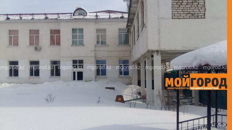 В Уральске разгорелся скандал вокруг аварийной пристройки к школе