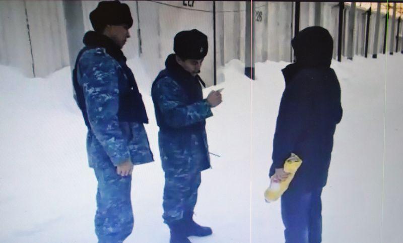 Новости Уральск - Сотовый телефон и зарядное устройство пытались перебросить в колонию в Уральске
