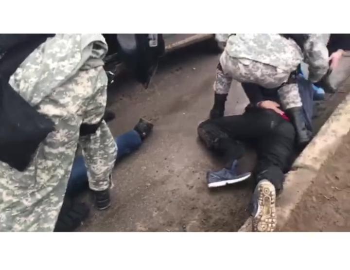 """Полицейские Атырау """"по горячим"""" следам раскрыли разбойное нападение (видео)"""