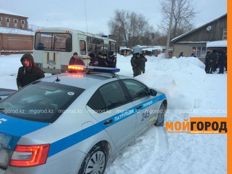 Новости Уральск - Спасатели ехали 35 минут к дому с провалившейся крышей