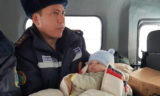 Больного 5-месячного ребенка вывезли спасатели из занесенного снегом поселка (видео)