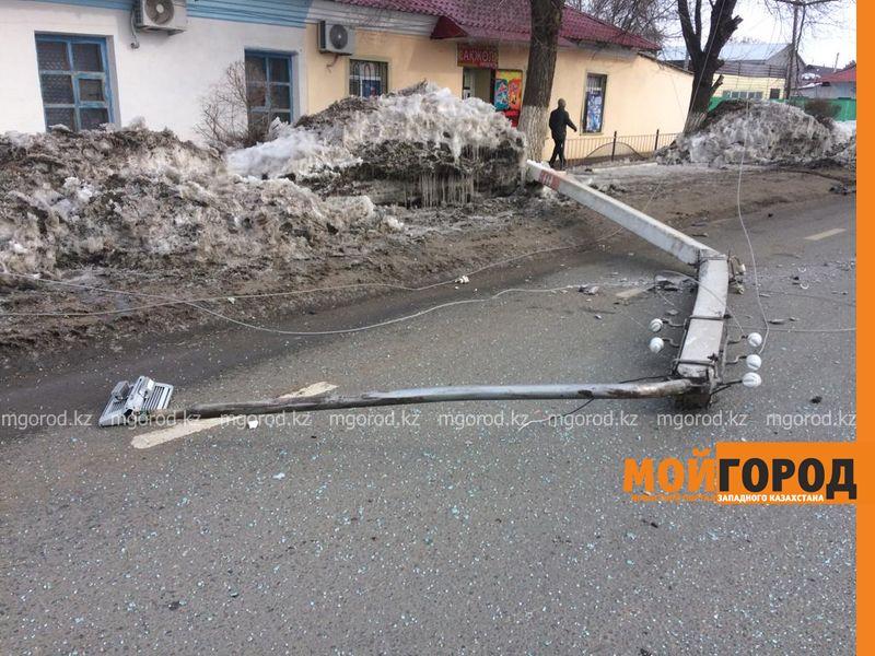 Новости Уральск - Столб уличного освещения упал на проезжающую мимо легковушку в Уральске