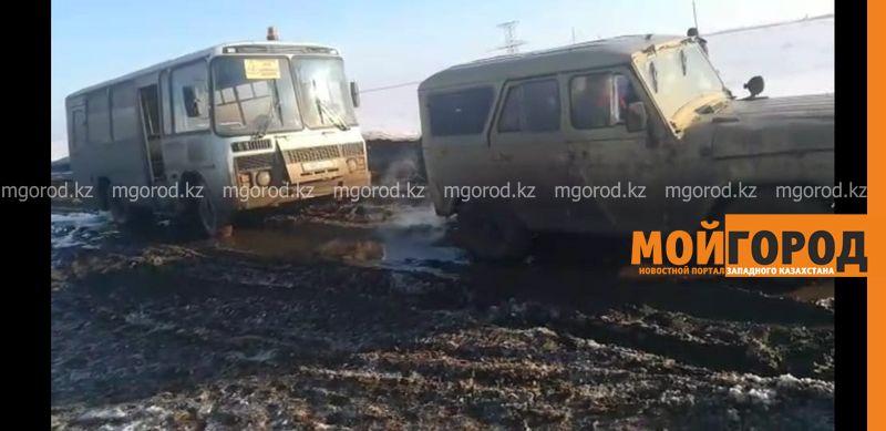 Новости Уральск - Школьный автобус застрял в грязи в Уральске